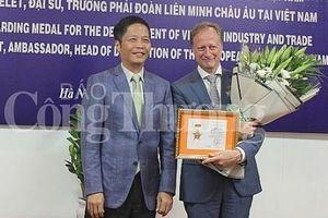 Đại sứ EU tại Việt Nam nhận Kỷ niệm chương vì sự nghiệp phát triển ngành Công Thương