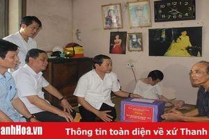 Đồng chí Đỗ Minh Tuấn, Phó Bí thư Tỉnh ủy thăm, tặng quà các gia đình chính sách trên địa bàn thị xã Bỉm Sơn và TP Thanh Hóa