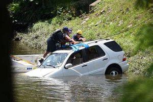 Nữ tài xế nhầm chân ga, xe sang Mercedes lao thẳng xuống sông