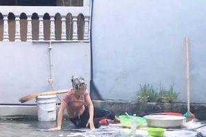 Đổ cả thau nước mắm lên đầu mẹ để câu view