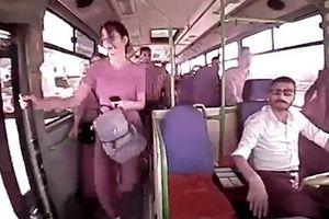 Bước xuống khi xe buýt đang chạy, nữ hành khách tử vong