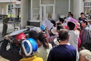 Người dân Thủ Thiêm đến UBND quận nhiều ngày liền đòi quyền lợi