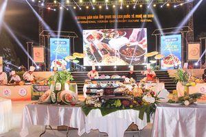Đầu bếp nổi tiếng ba miền trổ tài chế biến món lươn xứ Nghệ lập Kỷ lục Việt Nam