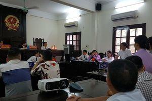 Hoãn phiên xét xử ba mẹ con hầu tòa vì phản đối di chuyển đồng hồ nước ở Hà Nội
