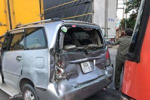 Xe 7 chỗ bị kẹp nát trên quốc lộ 1, nhiều người thoát chết