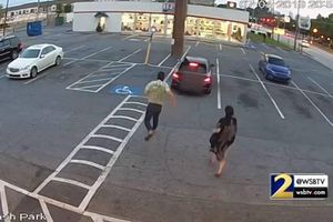 Người phụ nữ liều lĩnh nhảy vào ô tô giằng co với tên cướp