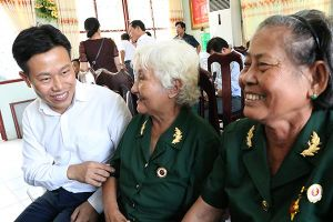 Thứ trưởng Lê Quân thăm, tặng quà tại Trung tâm điều dưỡng thương binh và Người có công Long Đất