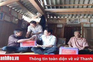 Đồng chí Phạm Bá Oai, Phó Chủ tịch HĐND tỉnh thăm, tặng quà các gia đình chính sách tại huyện Mường Lát