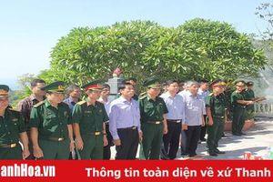 Phó Chủ tịch UBND tỉnh Phạm Đăng Quyền viếng Nghĩa trang liệt sĩ Đảo Mê và thăm, tặng quà gia đình chính sách tại huyện Tĩnh Gia