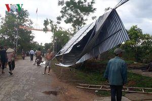 Lốc xoáy làm tốc mái nhà, gãy đổ hàng loạt cột điện ở Nghệ An