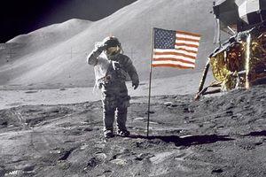 Những thứ kỳ quặc con người vứt lại trên Mặt Trăng