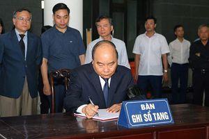 Thủ tướng Nguyễn Xuân Phúc viếng Giáo sư Hoàng Tụy