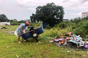 Đổ rác bừa bãi ở sân bay Phú Quốc cũ, bị bắt dọn sạch trước khi đi