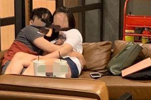 Cặp nam nữ gây sốc khi chiếm hết chỗ ngồi, nằm ôm hôn phản cảm trong quán nước nổi tiếng ở Hà Nội