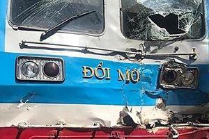 Tàu hỏa húc văng xe tải, tài xế nguy kịch
