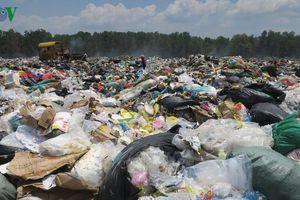 Bãi rác quá tải bốc mùi thối gây ô nhiễm ở Bình Thuận