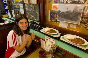 Nhà hàng 'chơi lớn' đem cả đoàn tàu chuyển đồ ăn cho khách
