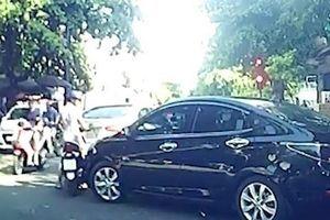 Nữ tài xế đạp đầu ôtô, tài xế bỏ xe giữa đường đuổi theo