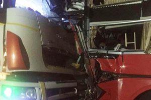 Đà Nẵng: Vượt xe cùng chiều, xe khách đối đầu xe tải, 13 người thương vong