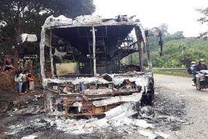 Kon Tum: Xe khách cháy rụi giữa đèo Lò Xo, 35 hành khách thoát nạn