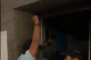 Phát hoảng vì đột ngột bị 'nhốt' trong thang máy chung cư