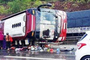 Nghệ An: Xe giường nằm mất lái lật nghiêng trên QL 1A, 4 người bị thương