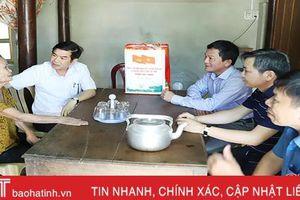 Phó Chủ tịch Thường trực UBND tỉnh tặng quà người có công, đối tượng chính sách