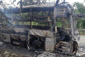 Xe giường nằm cháy trơ khung, hành khách chen chân thoát nạn