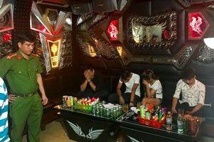 Đột kích quán karaoke, phát hiện nhiều 'nam thanh nữ tú' đang phê ma túy