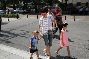 Nhà hàng của Đổng Tuyền khai trương, cha của Dương Mịch xuất hiện