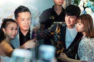 Bất ngờ hội ngộ, A2 Đan Trường và Đan Trường quá đẹp trai khiến fan Hà Nội 'bấn loạn'
