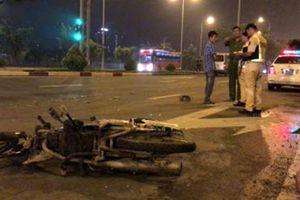 Bị xe cứu thương tông khi qua đường, 2 người đi xe máy bị thương nặng