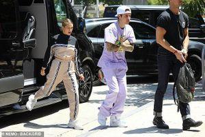 Justin Bieber lộ vẻ căng thẳng, liên tục khoanh tay khi đến Nhà thờ