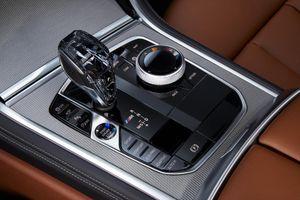 Chạy thử BMW 8-Series với cần số bằng pha lê