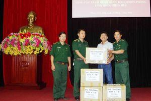 Bộ trưởng Bộ Y tế Nguyễn Thị Kim Tiến tặng thuốc chữa bệnh cho đồng bào Trường Sơn