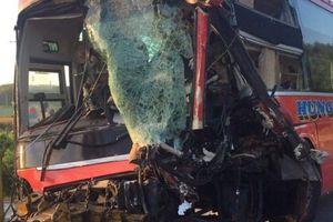 Tranh vượt, xe khách tông xe tải, 1 người tử vong
