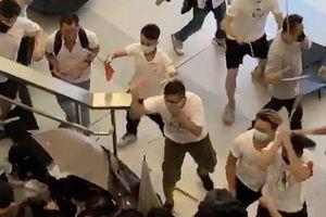 Người Hong Kong ngỡ ngàng vì đột nhiên bị côn đồ tấn công