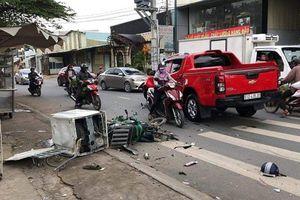 Vừa rửa xong, xe bán tải đâm trúng xe máy đi đường