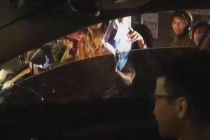 Cậu bé ngồi ô tô tặng áo mưa cho 2 người bị ướt ở Hà Nội: Khi lòng tốt bị chế giễu