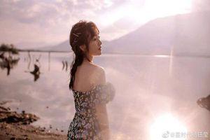 Nữ ca sĩ Trung Quốc U50 nhưng vẫn xinh đẹp và mặc trẻ như gái 18