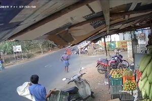 Hai xe máy nát vụn sau cú đâm tốc độ cao