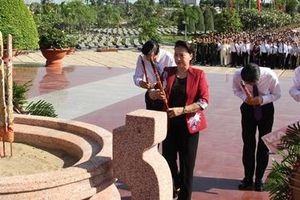Chủ tịch Quốc hội trao Bằng Tổ quốc ghi công cho thân nhân, gia đình liệt sĩ