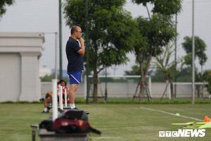 HLV Park Hang Seo khoe kính mới, đứng trên ghế 'xem giò' U23 Việt Nam