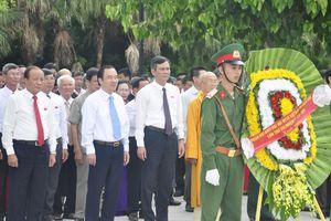 Đoàn đại biểu dự Đại hội MTTQ Quảng Bình viếng Nghĩa trang liệt sỹ Ba Dốc
