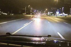 Tài xế say xỉn đâm vào xe cảnh sát chạy ngược chiều