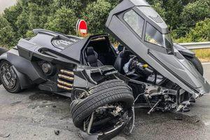 Batmobile - siêu xe của Batman gặp nạn ở Pháp, rơi rụng phần đầu