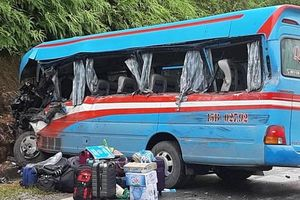 Xe chở đoàn từ thiện đâm vào vách núi khiến 2 cô giáo tử vong