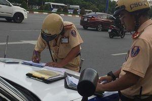 TP HCM: 2 người lái xe sang cố thủ nhiều giờ khi bị CSGT kiểm tra
