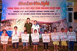 Đoàn Thanh niên Bộ CHQS tỉnh Bình Định tặng quà cho học sinh nghèo vượt khó
