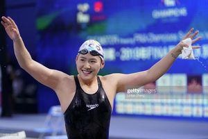Giải bơi lội VĐTG: Vừa quay trở lại, nữ kình ngư từng bơi nhanh hơn cả nam VĐV Mỹ thắng ngay HCB